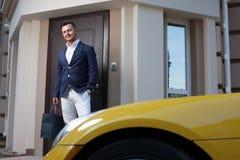 Homem que sae de uma casa Foto de Stock Royalty Free