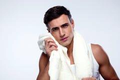 Homem que seca sua cara com toalha Foto de Stock