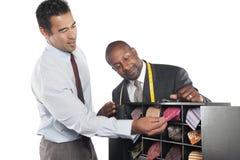 Homem que seleciona gravatas com posição do alfaiate além disso Fotografia de Stock