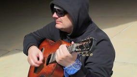 Homem que senta e que joga a guitarra filme