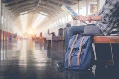 Homem que senta-se com mapa saco do curso no estação de caminhos-de-ferro Fotos de Stock