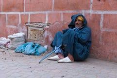 Homem que senta-se de encontro à parede Foto de Stock Royalty Free