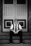 Homem que senta-se em escadas Imagem de Stock Royalty Free