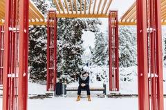 homem que senta-se na rua do inverno da cadeira apenas fotos de stock