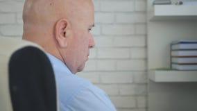 Homem que senta-se na virada perturbada e mesma da cadeira do escritório fotos de stock royalty free