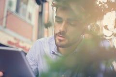 Homem que senta-se no café e que recebe más notícias imagem de stock royalty free