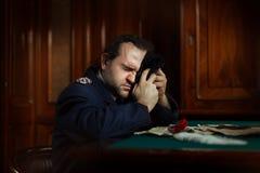 Homem que senta-se no grito da tabela Fotografia de Stock Royalty Free
