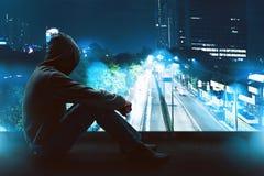 Homem que senta-se no telhado Imagem de Stock
