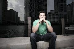Homem que senta-se sozinho e que pondering fotos de stock