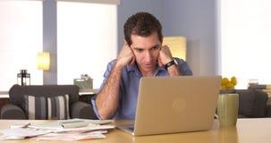 Homem que sente frustrado com contas Fotos de Stock Royalty Free