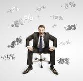 Homem que shouting e que senta-se sob por cento de queda Foto de Stock