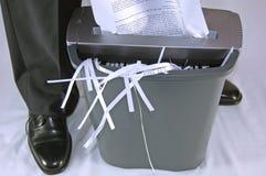 Homem que shredding o papel Imagem de Stock Royalty Free
