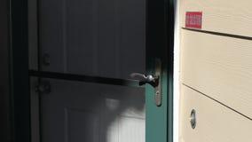 Homem que soa Front Door Bell e a batida video estoque