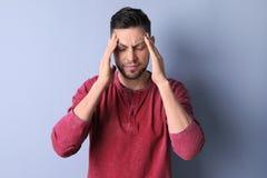 Homem que sofre da dor de cabeça imagens de stock royalty free