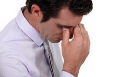 Homem que sofre da dor de cabeça de tensão Imagem de Stock