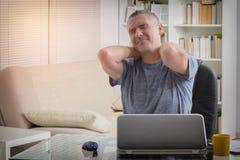 Homem que sofre da dor de pescoço Imagens de Stock Royalty Free