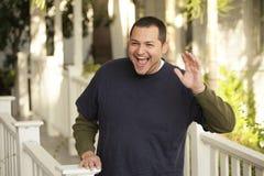 Homem que sorri e que acena Imagens de Stock