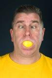 Homem que suga no limão foto de stock