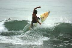 Homem que surfa as ondas Foto de Stock Royalty Free