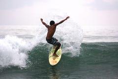 Homem que surfa as ondas Imagem de Stock