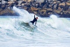 Homem que surfa em uma onda em Santa Cruz California foto de stock royalty free