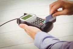 Homem que swiping seu cartão de crédito Fotografia de Stock