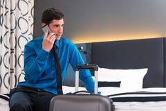 Homem que telefona na chegada na sala de hotel fotografia de stock