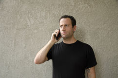 Homem que tem à respeito do telefonema Imagem de Stock Royalty Free