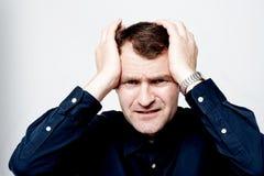 Homem que tem a dor de cabeça isolada sobre o branco imagens de stock royalty free