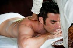 Homem que tem a massagem imagem de stock