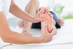 Homem que tem a massagem do pé imagens de stock