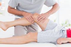 Homem que tem a massagem do pé fotos de stock royalty free