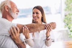 Homem que tem o ajuste do braço da quiroterapia fotos de stock royalty free