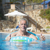 Homem que tem o divertimento em férias Fotografia de Stock