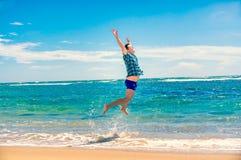Homem que tem o divertimento na praia Fotos de Stock