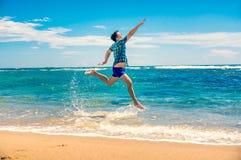 Homem que tem o divertimento na praia Foto de Stock Royalty Free