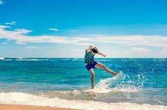 Homem que tem o divertimento na praia Imagem de Stock