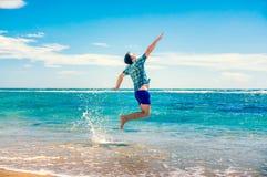 Homem que tem o divertimento na praia Fotografia de Stock Royalty Free
