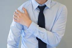 Homem que tem o problema da dor do ombro Imagem de Stock