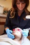 Homem que tem o tratamento cosmético da abrasão de Dermo em termas Foto de Stock Royalty Free