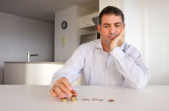 Homem que tem problemas financeiros Imagem de Stock Royalty Free