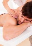 Homem que tem uma massagem do ombro Fotos de Stock Royalty Free