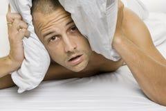 Homem que tenta dormir Imagem de Stock