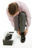 Homem que tenta em sapatas Imagem de Stock