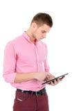 Homem que toca em seu PC da tabuleta Pesquisa por algo ou leitura Foto de Stock Royalty Free