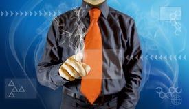 Homem que toca em uma tabuleta virtual Foto de Stock