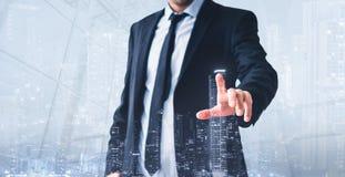 Homem que toca na tela virtual, holograma moderno da skyline - conceito do negócio dos bens imobiliários imagem de stock royalty free