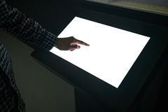 Homem que toca no quiosque vazio branco interativo da exposição do écran sensível na exposição fotos de stock royalty free