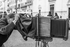 Homem que toma a foto com câmera velha fotografia de stock royalty free