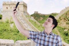 Homem que toma a foto do auto no Grande Muralha Imagem de Stock